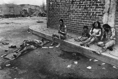 """Familia víctima de la Explosión de San Juan Ixhuatepec. Esta foto aparecío en varios diarios inclusive en el diario El País de España. También aprece en el Libro """"El día enque el fuego destruyo San Juan Ixhuatepec"""" editorial Moderna."""